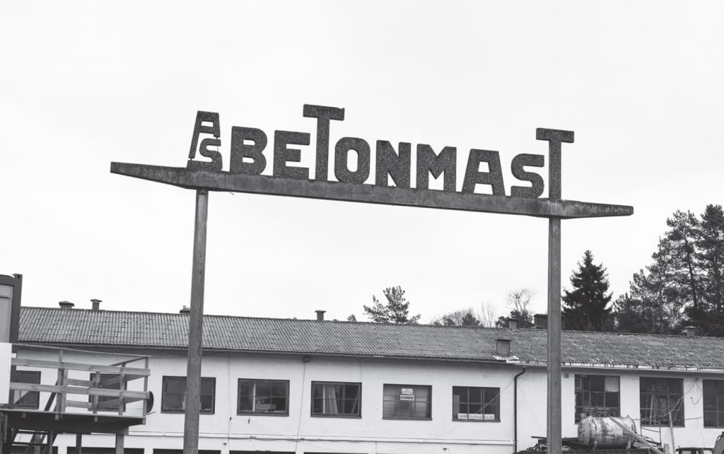 Gammal betonmastskylt utanför gamla fabrikslokalerna i Oslo.